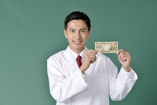 お札を持つ白衣の男性