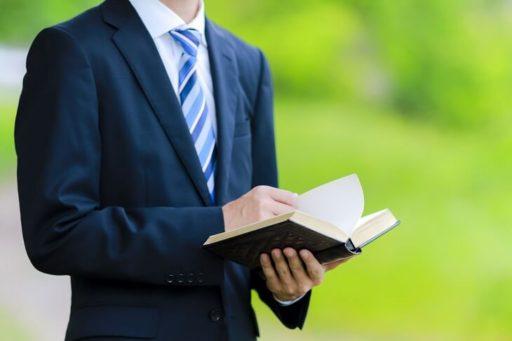本を読むサラリーマン