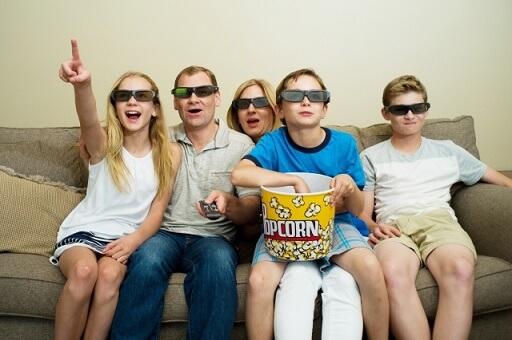 映画鑑賞する家族